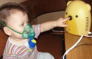 ребенок и небулайзер для ребенка