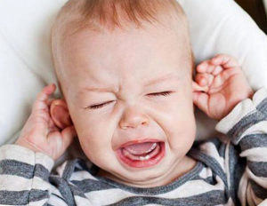 как понять что у ребенка болит ухо